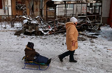 Прохожие на улице Донецка после обстрела.