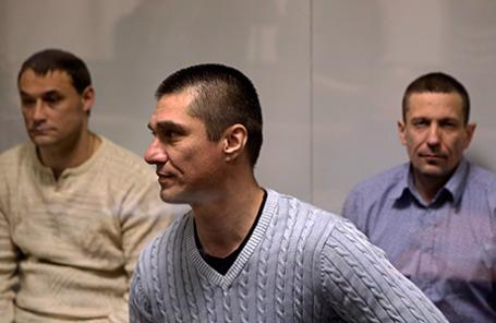 Обвиняемые в убийстве Михаила Кравченко Михаил Ищенко (слева), Виталий Антишин (справа) и обвиняемый в организации убийства Михаила Кравченко Алексей Пронин (в центре) в Мособлсуде.