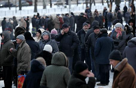 Жители Донецка стоят в очереди за гуманитарной помощью.