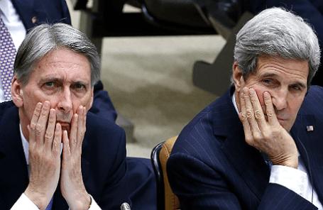 Глава МИДа Великобритании Филип Хэммонд и госсекретарь США Джон Керри (слева направо) во время встречи глав МИД стран НАТО.