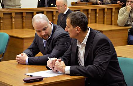 Оперативник ГУЭБиПК МВД Андрей Назаров (слева) перед оглашением приговора в Мосгорсуде.