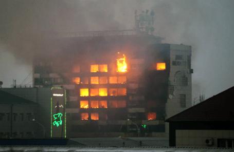 Горящее здание Дома печати, где прошла спецоперация по нейтрализации боевиков.