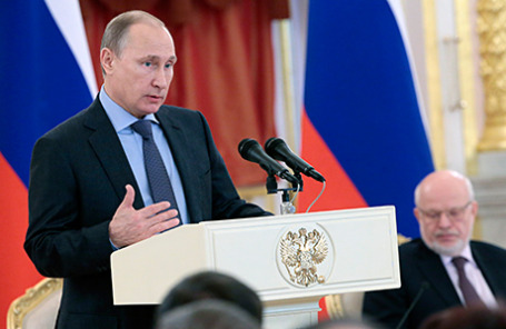 Президент России Владимир Путин (слева) на встрече с членами Совета по развитию гражданского общества и правам человека, федеральными и региональными омбудсменами в Кремле.