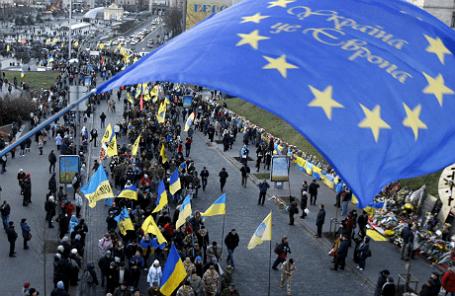 Участники марша в Киеве в честь годовщины протестов на Майдане.