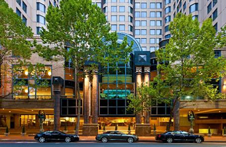 Вход в здание отеля Sheraton on the Park в Сиднее.