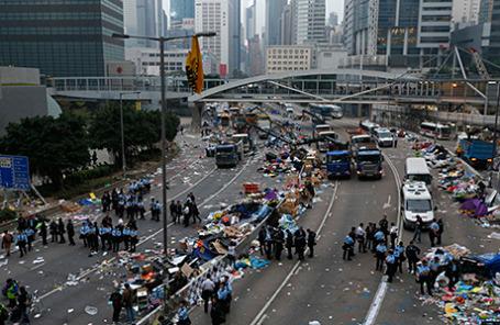Полиция очищает площадь, ранее заблокированную сторонниками демократии в Гонконге 11 декабря 2014.