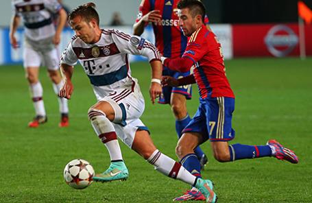 Игроки «Бавария» Марио Гетце и ЦСКА Зоран Тошич (слева направо).