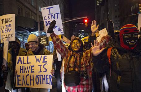 Протестующие кричат лозунги против жестокости полиции во время митинга на Манхэттене, Нью-Йорк, США.