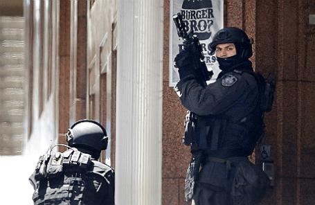 Полицейские стоят на позициях недалеко от кафе Lindt, где захвачены заложники.