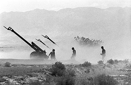 Артиллерийская батарея афганской народной армии ведет обстрел позиций противника. Афганистан, 1986 год.