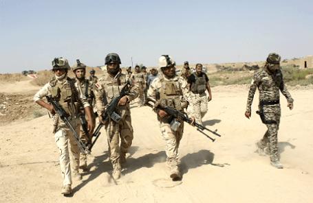 Иракские военные и волонтеры во время подготовки операции против боевиков «Исламского государства».