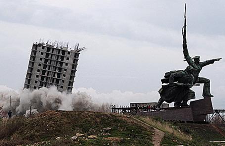 Снос недостроенного 16-этажного дома на мысе Хрустальный в Севастополе, 26 декабря 2014.