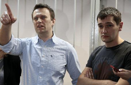 Алексей и Олег Навальные (слева направо), обвиняемые в хищении у компании «Ив Роше» более 26 миллионов рублей, после оглашения приговора в Замоскворецком суде.