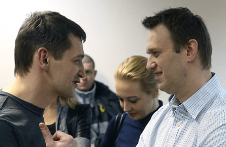 Олег и Алексей Навальные (слева направо), обвиняемые в хищении у компании «Ив Роше» более 26 миллионов рублей, после оглашения приговора в Замоскворецком суде.