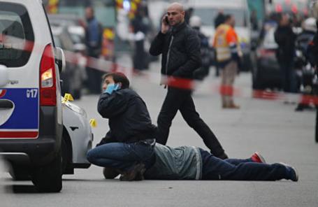 Возле офиса сатирической газеты Charlie Hebdo, где произошла перестрелка.