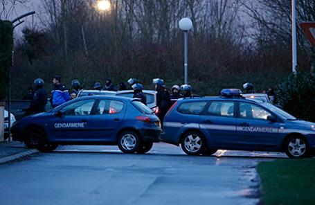 Французская полиция недалеко от типографии в Даммартен-ан-Гоэлэ, где во время штурма погибли братья Куаши. 9 января 2014.