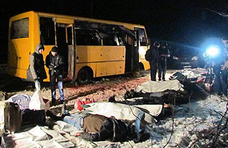На месте гибели людей в результате попадания снаряда в рейсовый автобус около города Волноваха. Украина, Донецкая область, 13 января 2015.