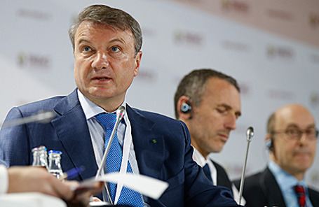 Председатель правления ОАО «Сбербанк России»  Герман Греф (слева) на Гайдаровском форуме. Москва, 14 января 2015.