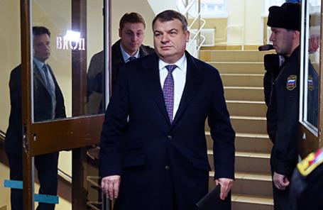 Бывший министр обороны Анатолий Сердюков (в центре) в Пресненском суде, куда он был вызван на допрос по делу «Оборонсервиса».