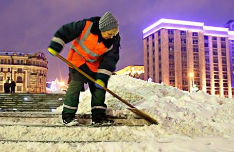 Уборка снега на Манежной площади.