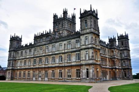 Один из самых известных на сегодня замков Британии, где снимались все сезоны сериала «Аббатство Даунтон»