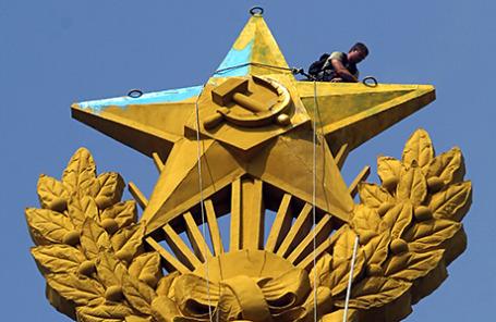 Покраска звезды на жилом доме на Котельнической набережной в первоначальный цвет. Ранее она была покрашена неизвестными в цвета флага Украины. 20 августа 2014.