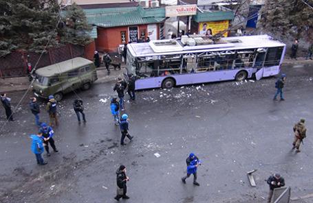 На месте обстрела троллейбуса и остановки общественного транспорта в Донецке, в результате которого погибли люди. Украина, 22 января 2015.