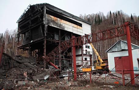 На территории шахты «Распадская», где произошли взрывы, в результате которых погибли люди 10 мая 2010.