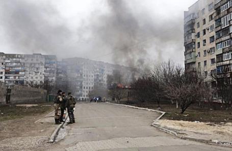 Последствия обстрела в жилом секторе в городе Мариуполь.