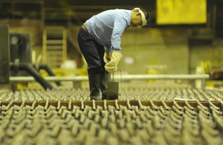 Цех электролиза меди на Медном заводе горно-металлургической компании «Норильский никель».
