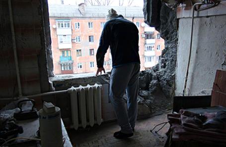 Житель Горловки в разрушенной квартире после обстрела украинскими военными.