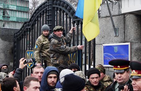 Бойцы 24-го отдельного штурмового батальона Вооруженных сил Украины «Айдар» во время пикета у здания Минобороны Украины с требованием не расформировывать батальон. Киев, Украина, 30 января 2015.