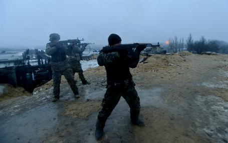 Украинские военные стреляют по ополченцам/