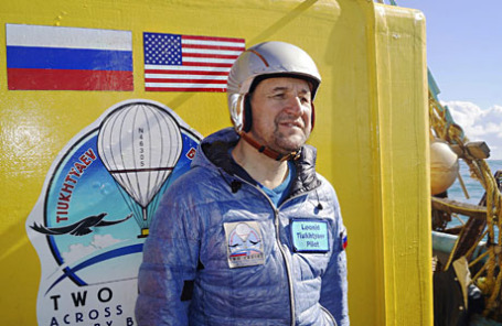Пилот воздушного шара Леонид Тюхтяев после того как он приземлился возле Ла Поза-Гранде в мексиканском штате Нижняя Калифорния, Мексика.