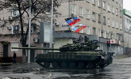 Ополченцы едут на танке по Донецку.