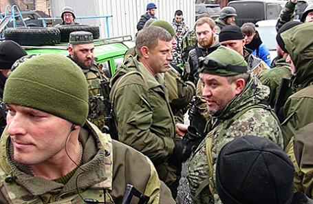Глава Донецкой народной республики Александр Захарченко (в центре) и ополченцы.
