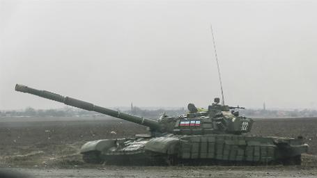 Ополченцы едут на танке в город Енакиево, находящийся к северо-востоку от Донецка.