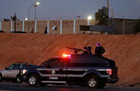 Сотрудники службы безопасности Иордании выходят из тюрьмы Swaqa близ Аммана, где казнили боевиков группировки ИГИЛа.
