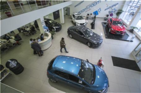 Продажа автомобилей в автосалоне.