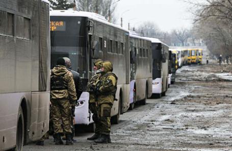 Бойцы армии ДНР рядом с колонной автобусов по направлению к Дебальцево, Донецкая область.