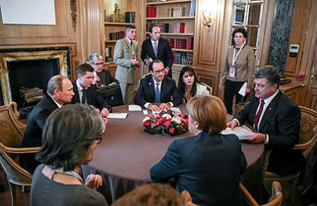 По часовой стрелке: президент Франции Франсуа Олланд, президент Украины Петр Порошенко, канцлер Германии Ангела Меркель и президент России Владимир Путин.