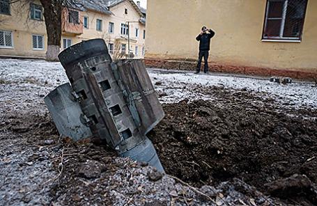 Остатки снаряда на одной из улиц Краматорска, Украина, 10 февраля 2015.