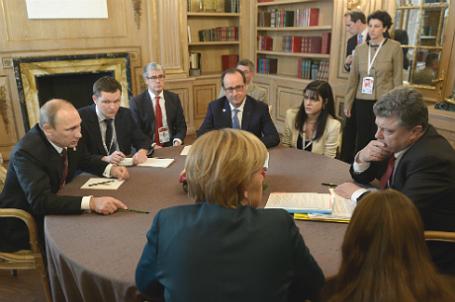 Президент РФ Владимир Путин (слева), президент Украины Петр Порошенко (справа), федеральный канцлер Германии Ангела Меркель (в центре на первом плане) и президент Франции Франсуа Олланд (в центре на втором плане).