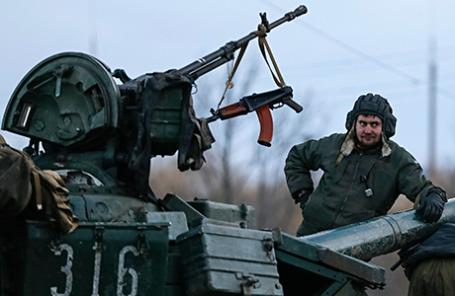 Украинский военнослужащий на танке возле Артемовска.