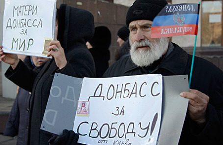 Митинг жителей города в поддержку мирного разрешения кризиса на юго-востоке Украины и солидарности с делегацией ДНР и ЛНР на переговорах в Минске.