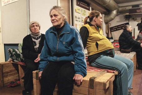 Мирные жители в бомбоубежище на окраине Донецка.