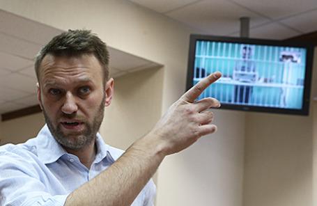Оппозиционер Алексей Навальный и его брат Олег Навальный (на экране по видеосвязи) перед рассмотрением жалобы защиты на приговор А.Навальному и его брату О.Навальному по делу «Ив Роше».
