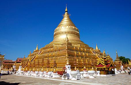 Золотые купола ступы Шве Дагон в столице Мьянмы городе Янгон (Рангун).