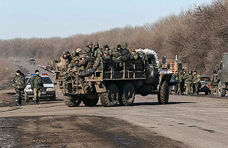 Украинские военнослужащие недалеко от Дебальцево.
