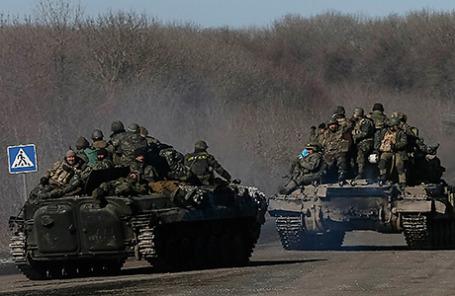 Украинские военнослужащие покидают Дебальцево.